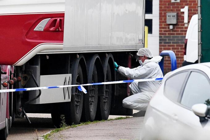 Amendă usturătoare pentru un șofer al cărui camion avea prelata deformată din cauza supraîncărcării