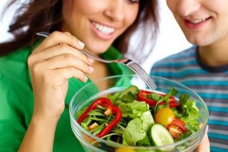 Lupta cu kilogramele are două obiective, să pierzi grăsime și să rămâi sănătos