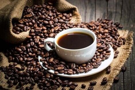 Cata cafea duce la slabire: 4 cesti de cafea cu cofeina pe zi
