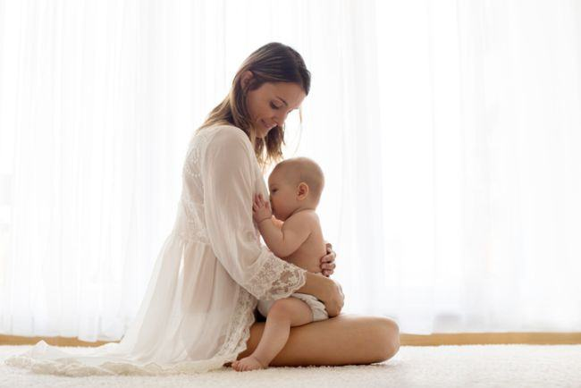 De ce mama care alăptează pierde în greutate